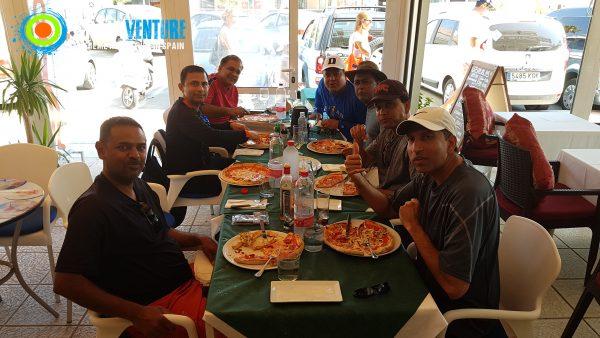 Spainventure kayak por el mediterraneo Almorzando en la Pizzería de Burriana